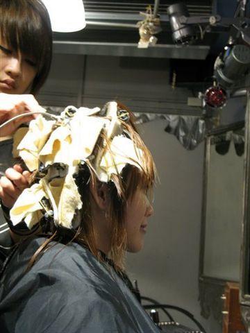 因為頭髮還濕的, 所以要用隔熱墊墊著