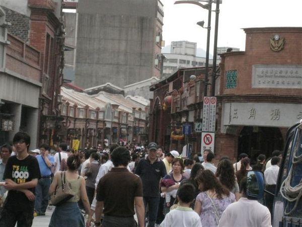 IMG_1271人潮洶湧的老街