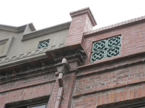 IMG_1306 屋牆上有鳥踏
