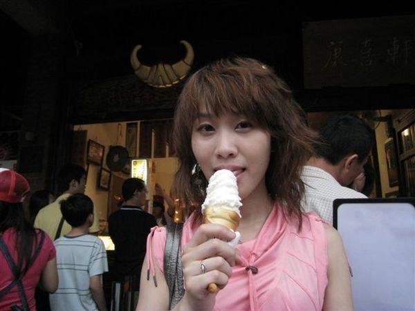 IMG_1363 昂貴的牛角冰淇淋89元, 看看就好!