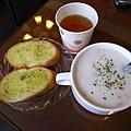 調整大小 IMG_1205 天使熊-麵包、充滿芹菜紅蘿蔔濃湯,及自取的綠茶.JPG