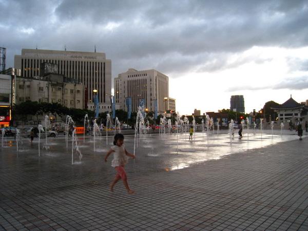 國家戲劇院旁的噴水池.JPG