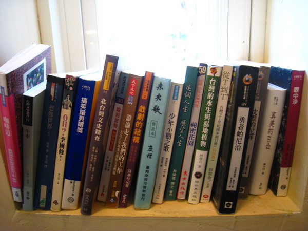 IMG_0631_公寓咖啡館-桌邊的書籍.jpg
