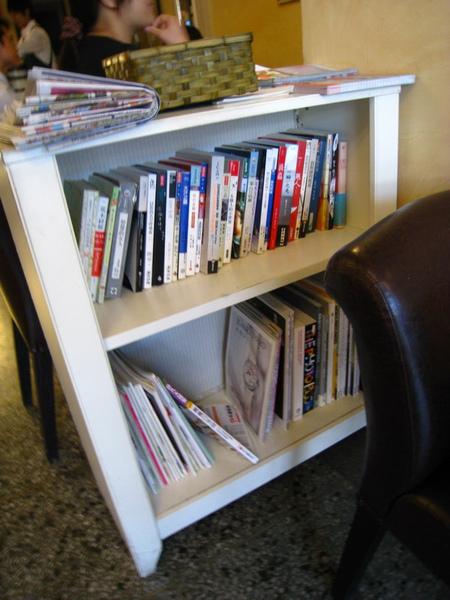 IMG_0632_公寓咖啡館-小書櫃.jpg
