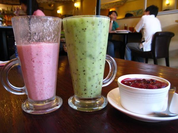 IMG_0651_公寓咖啡館-草莓及奇異果優酪果汁.jpg