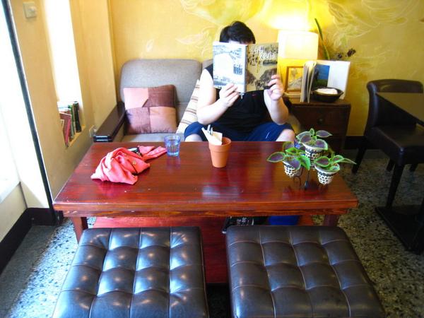 IMG_0636_公寓咖啡館-門口沙發區.jpg