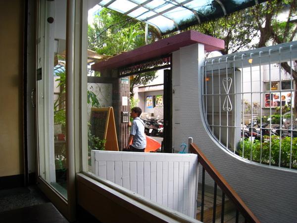 IMG_0625_公寓咖啡館-門口.jpg