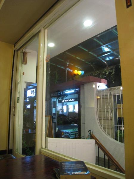 IMG_0743_公寓咖啡館-晚上的門口.JPG