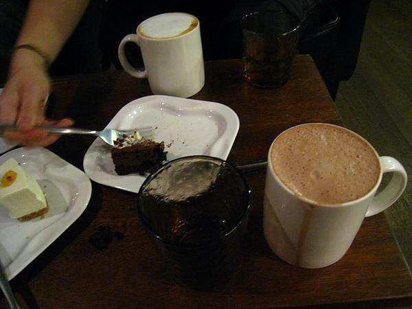 IMG_1342 朵兒咖啡館-吃剩的布朗尼,生乳酪蛋糕,可可_resize.JPG