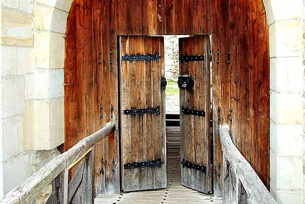 ok-medieval-castle-gate.jpg