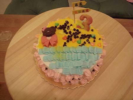 3歲生日蛋糕,上面有小熊跟蝴蝶結喔