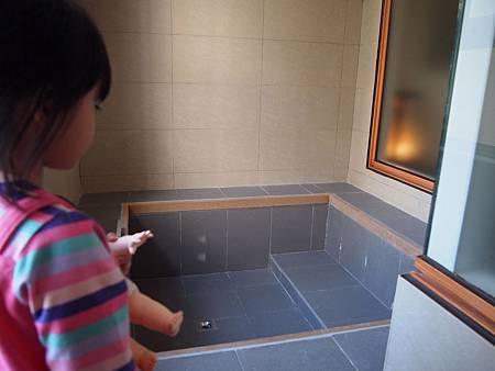 等會兒玩水的浴缸