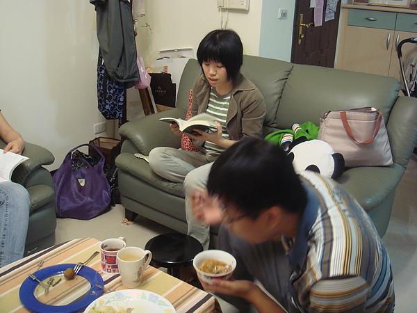 邊讀書邊吃飯