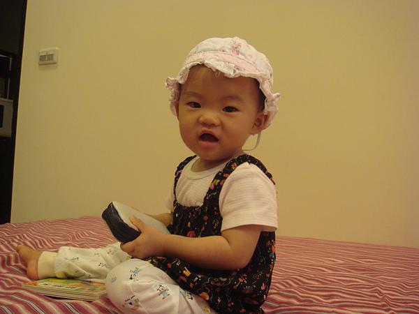 戴小花邊帽好像比較不搭
