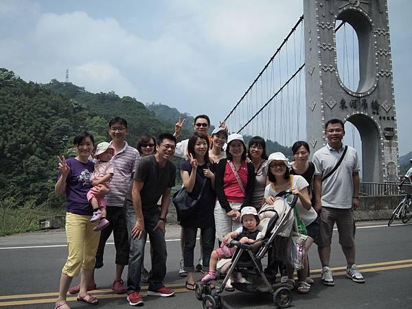 瘋狂路中央合照~東河吊橋