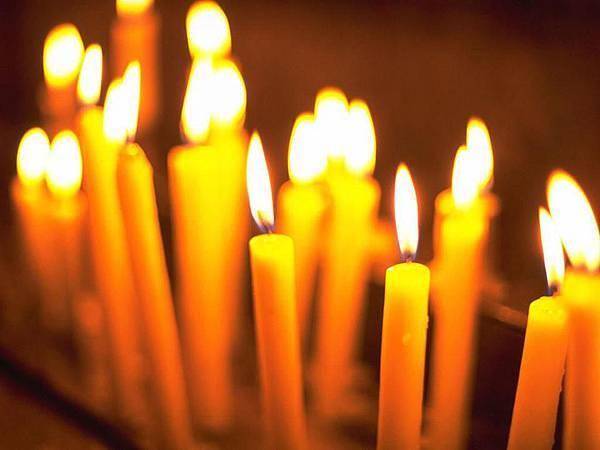 .黃色蠟燭