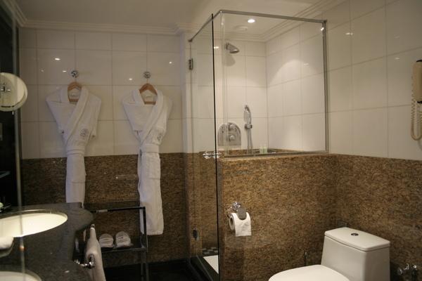 Plaza Athenee suite - bathroom (2).JPG