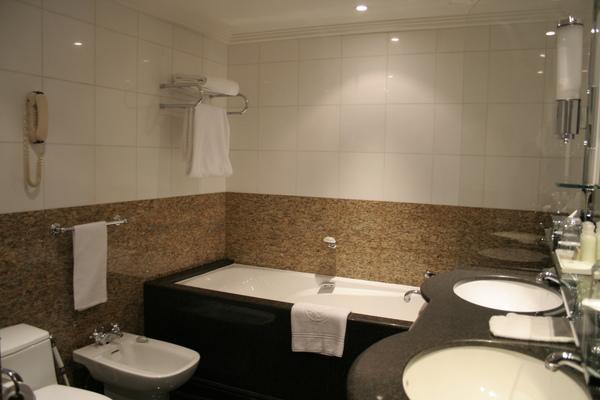 Plaza Athenee suite - bathroom.JPG