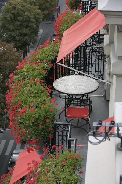 樓下總統套房陽台-就是慾望城市凱莉住的房間 可以看到巴黎鐵塔ㄛ.JPG