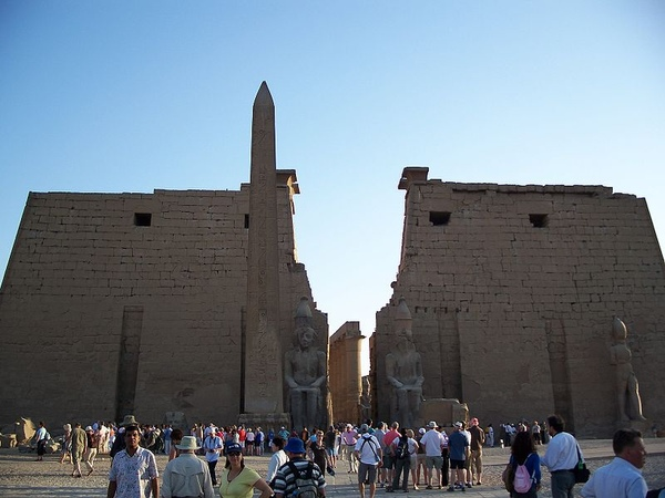 800px-Luxor_Temple_May_26_2007.jpg