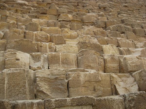 金字塔都是由一大塊一大塊的石頭堆積而成.JPG