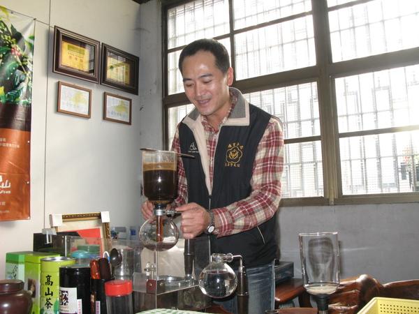 9990101 2009貳等獎林先生親自沖泡咖啡招待 謝謝.jpg