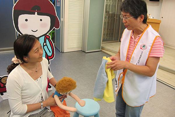 鵝媽媽育兒諮詢服務員教導如何訓練幼兒穿衣