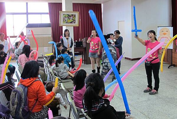 鵝媽媽帶領親子進行手作氣球同樂