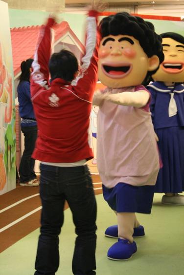壽枝媽跟遊客玩海帶拳