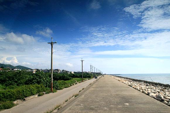 通霄海邊的堤防上