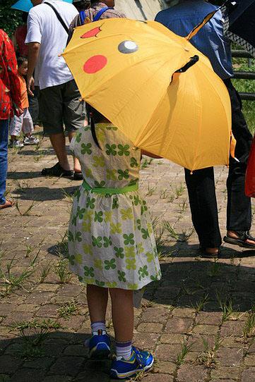 拿皮卡丘傘的小妹妹