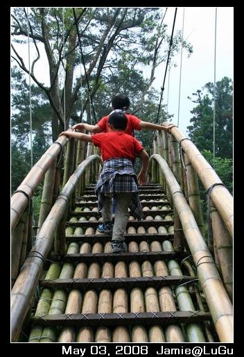 兩個小朋友走上大學池的竹橋