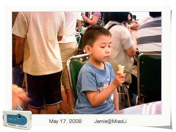 吃冰淇淋吃得津津有味