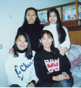 大學的冬冬與室友攝於寢室