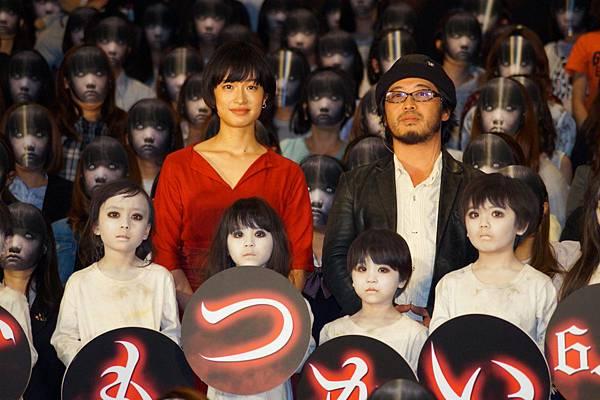 003【死小孩】活動照_導演清水崇(右)與女主角門脇麥(左)出席本片特別放映活動(本圖翻攝自網路)