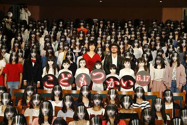 002【死小孩】活動照_本片昨日在日本舉辦電影特映活動,出動500多位死小孩氣勢凌人(本圖翻攝自網路)