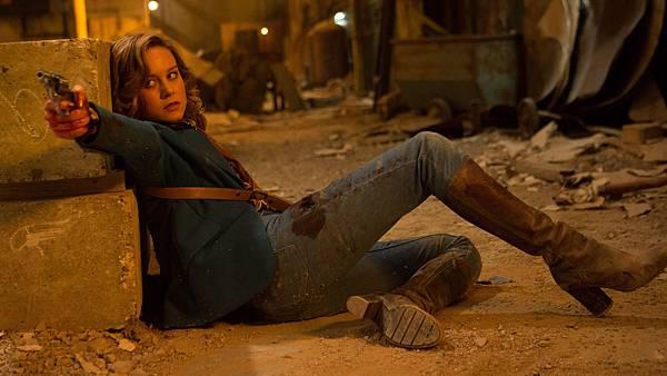 002【玩命鎗火】劇照_布麗拉森趴在地上演戲長達一個月,彷彿像是在天堂路操練
