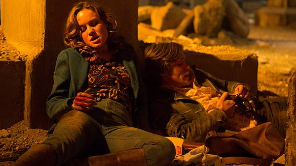 003【玩命鎗火】劇照_布麗拉森(左)長期趴在地上演戲,讓大腿多處瘀青