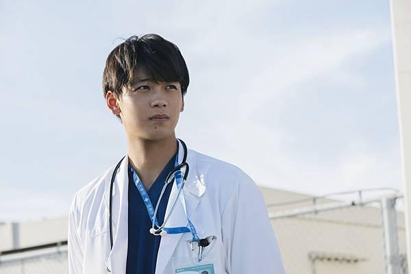 001【在時間停止的世界相遇】劇照_本片是竹内涼真今年第一部影視作品,也是繼電視劇【黑色止血鉗】後再扮醫生角色