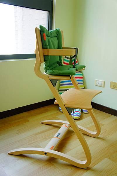 ▌1Y2M▐ 餐椅分享 & 評比 (Combi餐搖椅、幫寶椅、Leander成長椅)