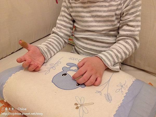 ▌1Y9M▐  畫畫小童手指夾到門!哎 ~