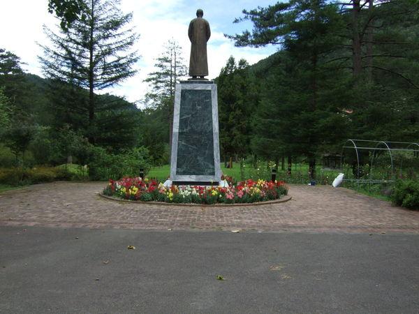 蔣公銅像的背面