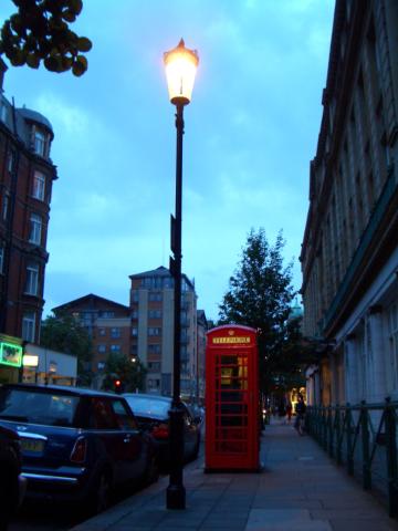 好不容易有黃昏的感覺了...終於看到街燈點燃^^