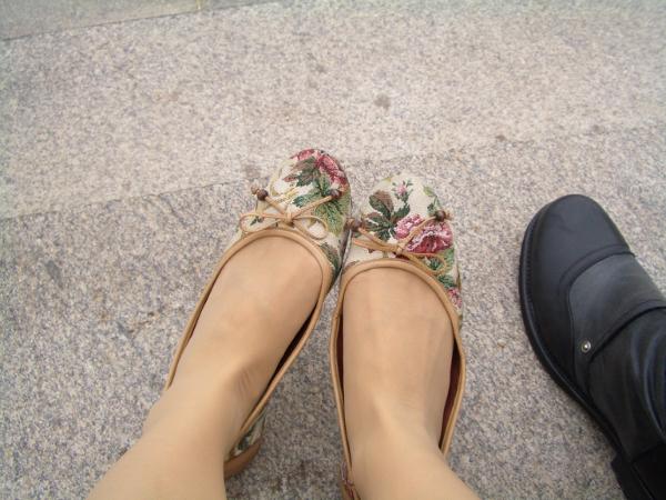 我的平底鞋,好穿又好走,材質是布製的