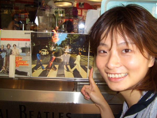 車站旁的Beatles賣店,我沒有進去站在外面拍