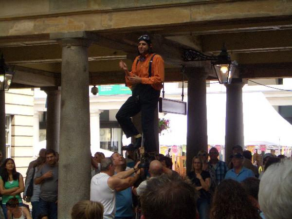 街頭藝人-請觀眾幫他固定下面耶^^