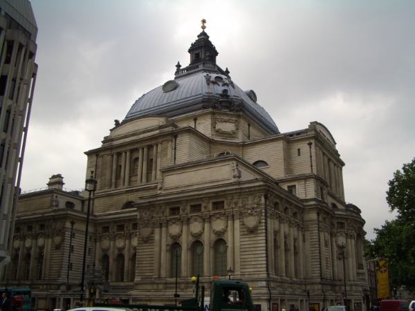 對面的建築物,看起來也是歷史悠久...囧