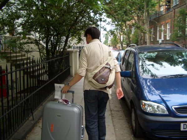 拖著行李,拿著地圖...少爺很忙碌(囧)