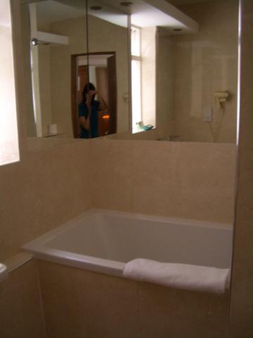 露出半個浴缸的衛浴設備...