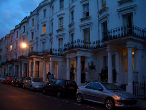終於照到夜深時的照片,這一排就是我們住的旅館